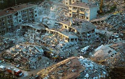 Tremblement de terre en Turquie. Source : http://crdp.ac-amiens.fr/enviro/risques_majeurs/risk_maj_detailp3_seisme.htm